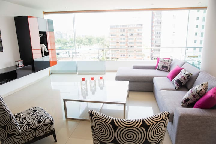 Discover Lima from this beautiful apt with balcony