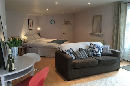 Wimbledon - studio apartment with private garden - London