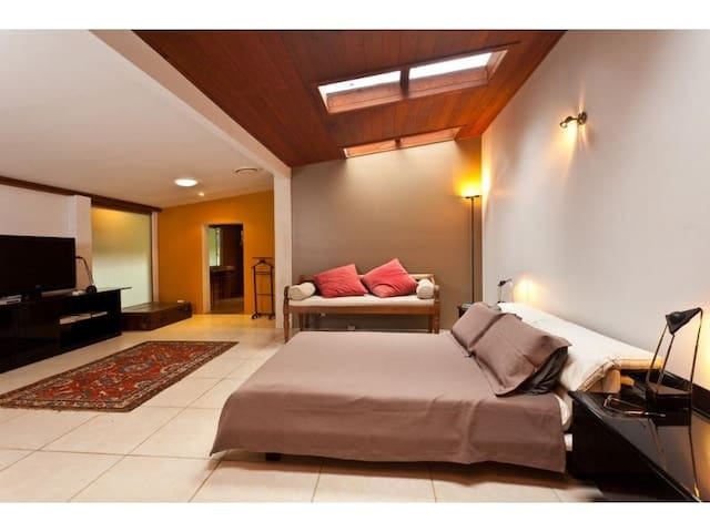 Extra large studio type bedroom  - Byron Bay - Bed & Breakfast
