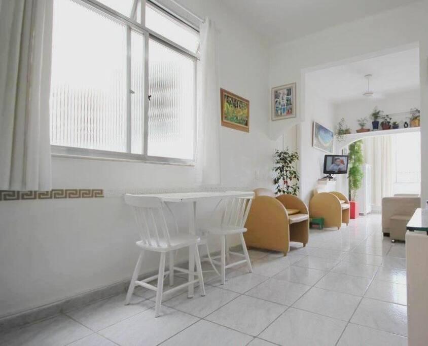 Sala de jantar-sala TV - qto. reversível – varanda parcial
