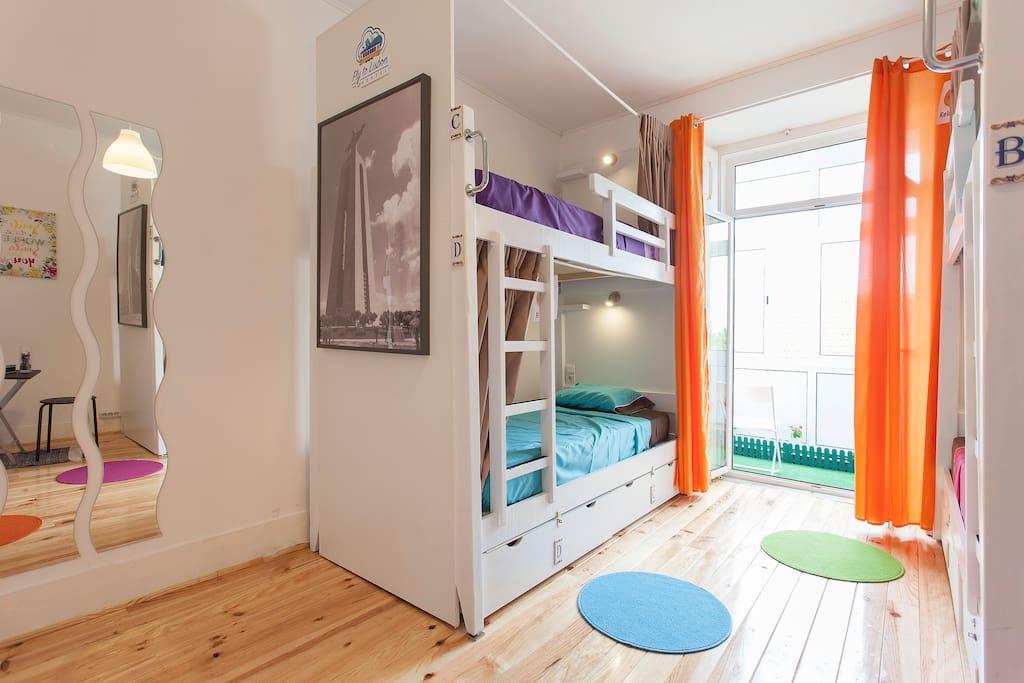 venez dormir dans l 39 une des 6 chambres dortoirs mixtes de l 39 auberge de jeunesse de lisbonne. Black Bedroom Furniture Sets. Home Design Ideas
