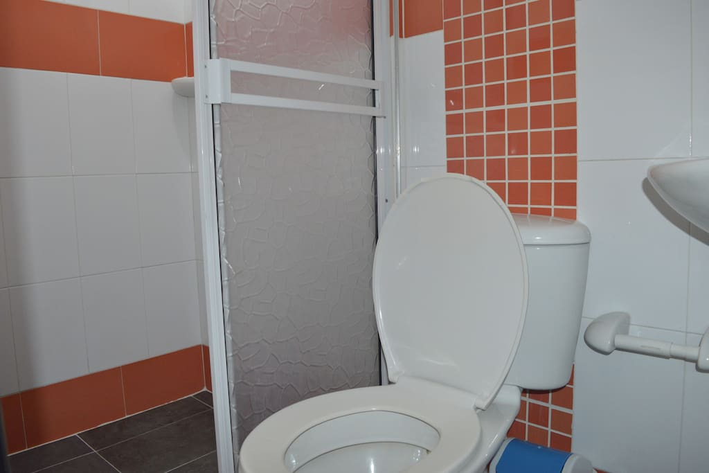 Ducha y baño privados