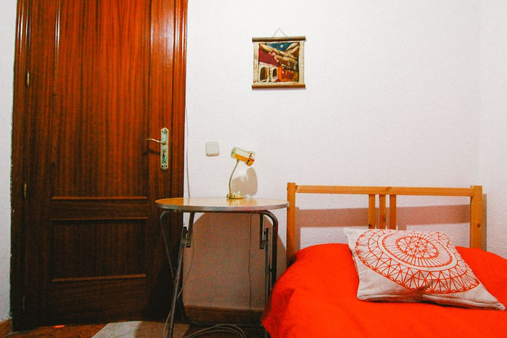 peque a habitaci n muy bien situada bed and breakfasts en alquiler en madrid comunidad de. Black Bedroom Furniture Sets. Home Design Ideas