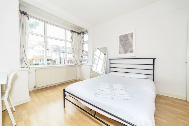Lovely bedroom in Lingwell Road by Allô Housing