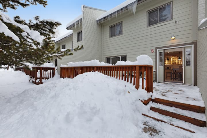 Comfy mountain condo w/private grill, shared pool & hot tub, & gas fireplace!
