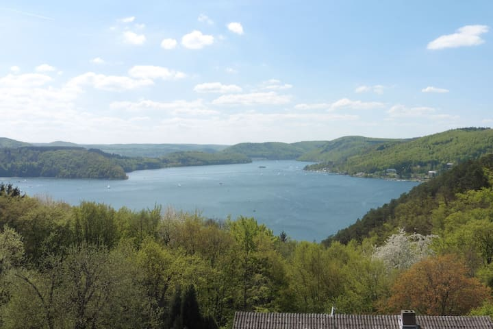 Mediterranean-style flat with wood stove, terrace and a terrific view of the Edersee dam