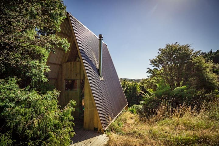Rimu Hut, cosy off-grid bush escape from city life