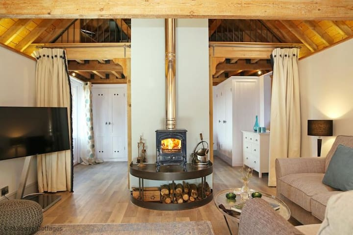 The Barn at Banks Cottage Sleeps 4 located at the edge of Pulborough Brook