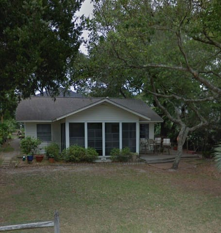 Quaint & Quiet Beach Home very close to the beach