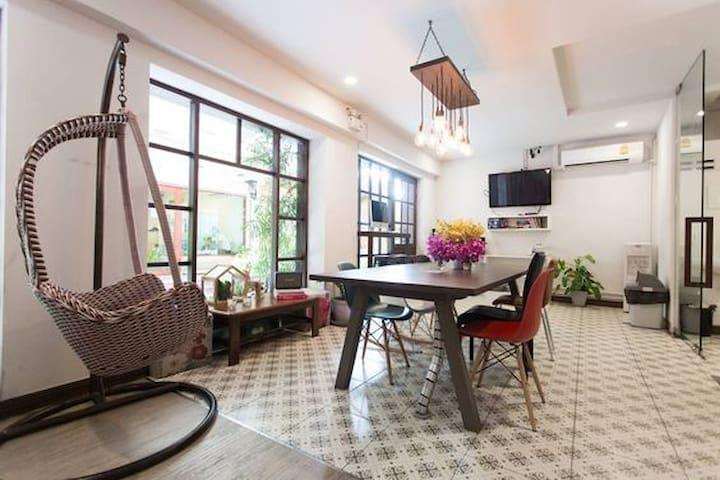 Double Room with extra bed, COOPER BANGKOK, Silom - กรุงเทพ - ที่พักพร้อมอาหารเช้า