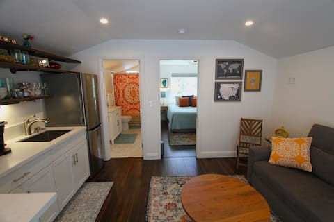 *SUPER CLEAN/COZY! 1 BR Loft w/deck-prime location