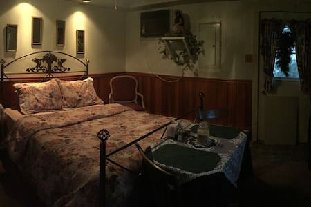 Penelope Murphy's Bed & Breakfast(Victorian Suite) - Coal Township