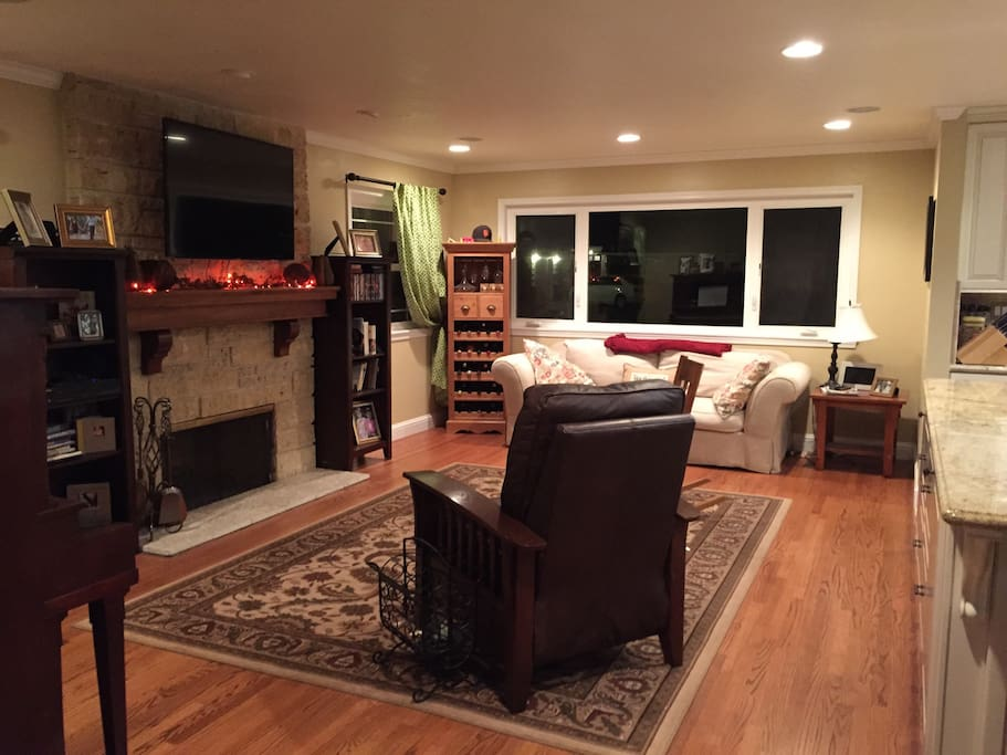 Large great room with flat screen and surround sound