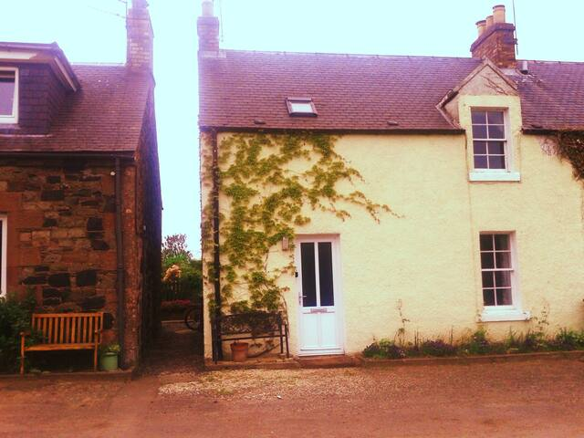Cosy farm cottage sleeps 4 - Greenlaw - House