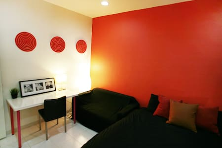 Nice and classy room in a 160 sq.m duplex, with sofa and the King size bedding.   Recently refurbished. 400m from MRT Jingan. 13 min ride to Zhongxiao Xinsheng (city center)