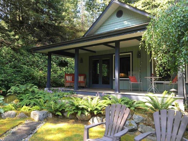 """Iris Cottage"" Romantic Retreat at Wildflowers"