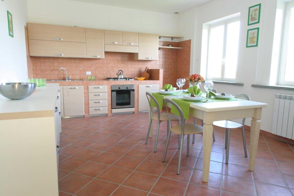 Cucina con forno- 4 fuochi -frigo con congelatore - microonde - tostapane