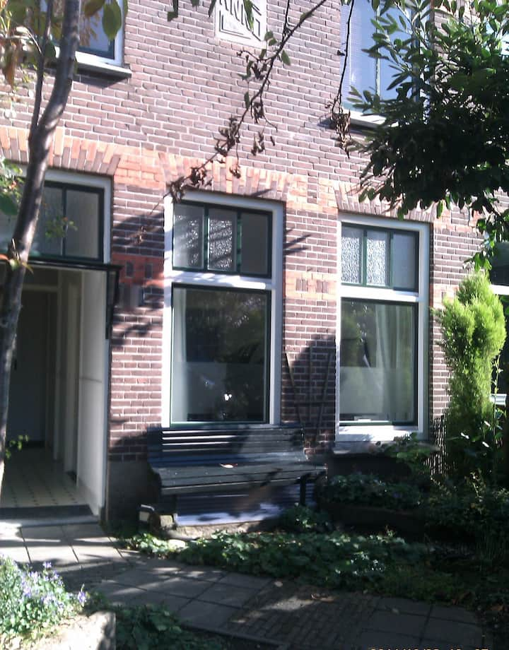 Romantic house&garden in lively Oost!