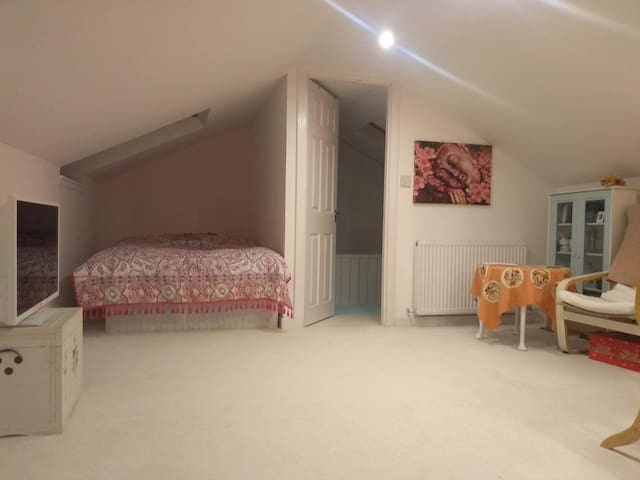 Big quiet loft room/en-suite/great transport links