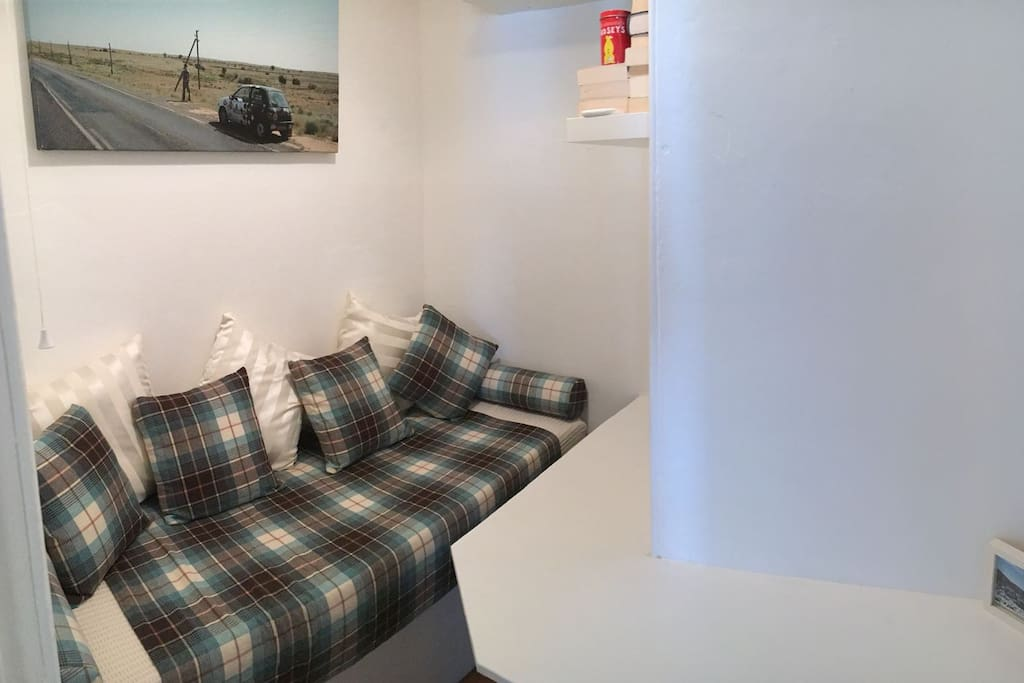 Occasional Single Bed (78x193cm) in box room for a third guest
