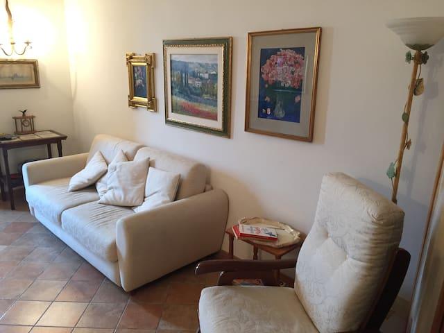 Soggiorno con divano letto e un altro divano