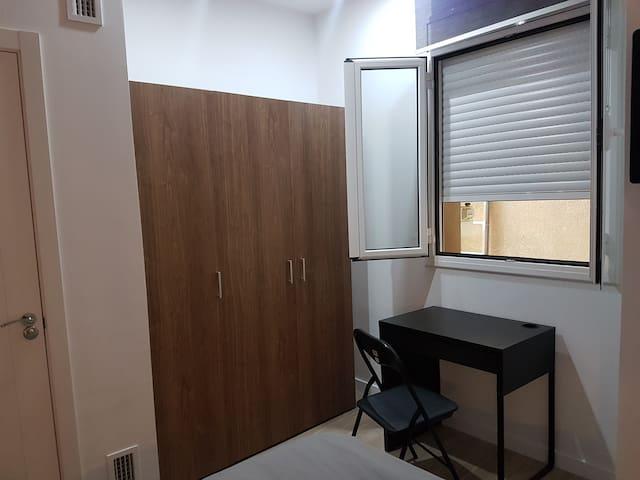 Gran armario y escritorio.