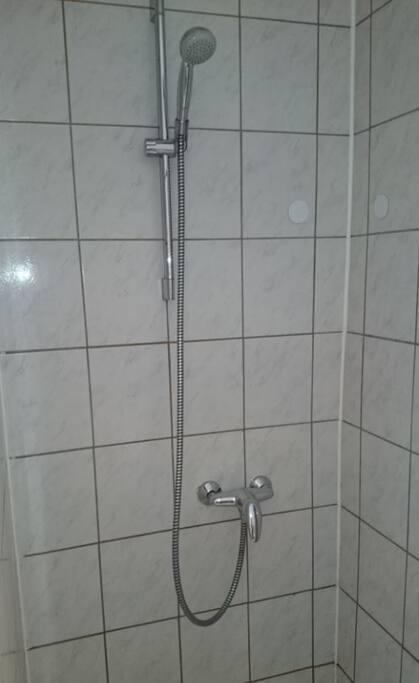 Das Bad Nutzung mit einem anderen Doppelzimmer gemeinsam.