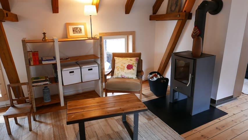 Der Wohnraum im Obergeschoss mit Ofen