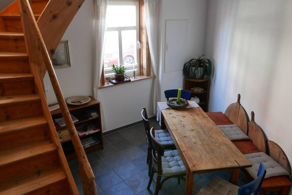 Speisezimmer und Aufgang zum Wohnraum