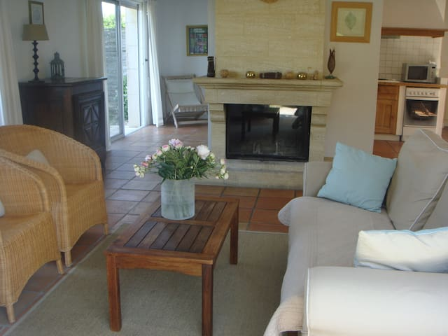 Espace salon avec cheminée à insert pour les soirées d'hiver