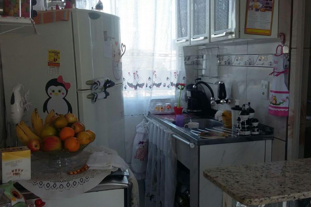 Cozinha americana com geladeira e fogão