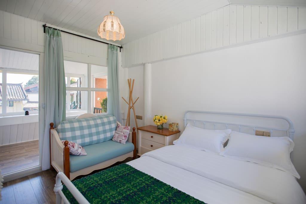 蔷薇花园北欧风情206标准大床房,这个房间位于二楼,出房门就能进入一个二楼的室内玻璃花房,客人可以在花房里晒太阳,聊天,赏花,听音乐。