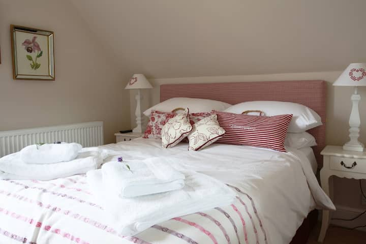 Brindleys Boutique B&B Classic Double Room 4 with en-suite and free parking & breakfast included. Brindleys is just a 6 minute walk from Bath city centre