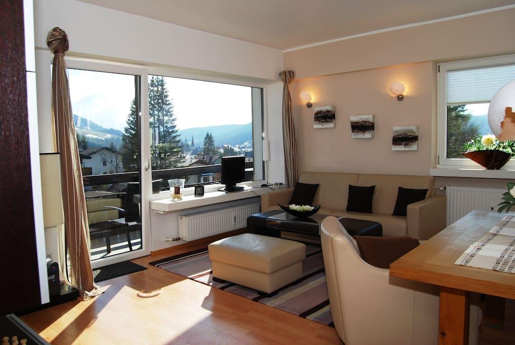 Wohnzimmer mit Ledergarnitur in der ein Doppelbett (1,80 m breit integriert ist)