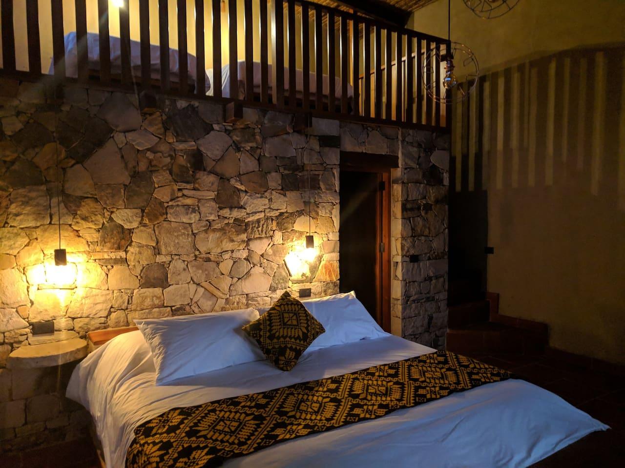 Cama King size con vista a la catarata de Gocta / King size bed with view at Gocta Waterfall