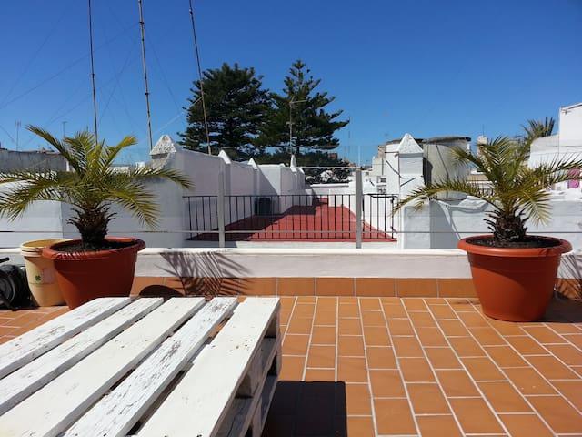 El cielo azul limpio en contraste con las antenas y los colores rojo y blanco de las azoteas, son una estampa genuina de Cádiz.