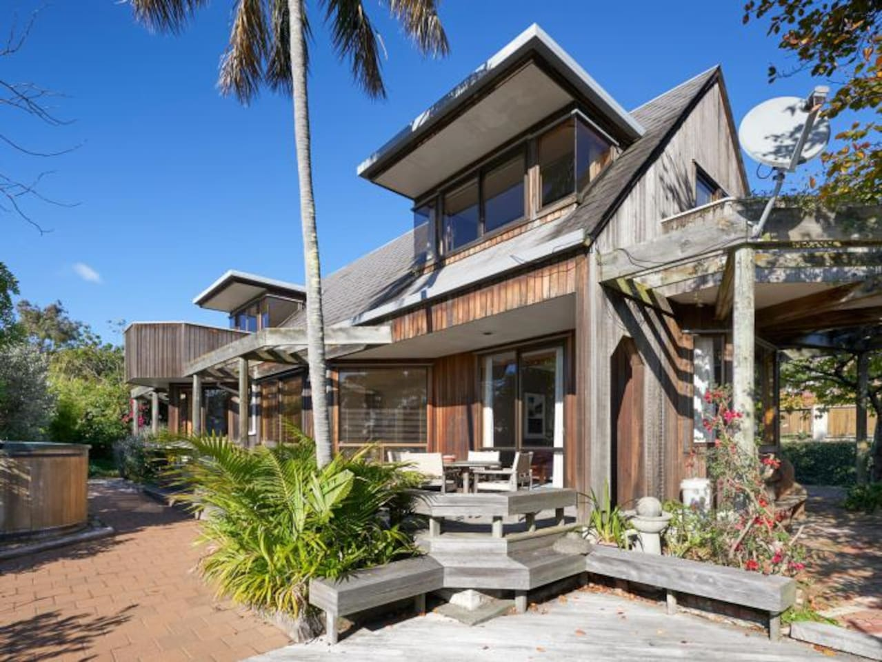 An architecually home giving a peaceful space close to the CBD and all amenities at your disposal. North West facing towards the sea means there is pleanty of sun and a pictureque view. A short walk will take you to the local Bluff Hill Look Out.