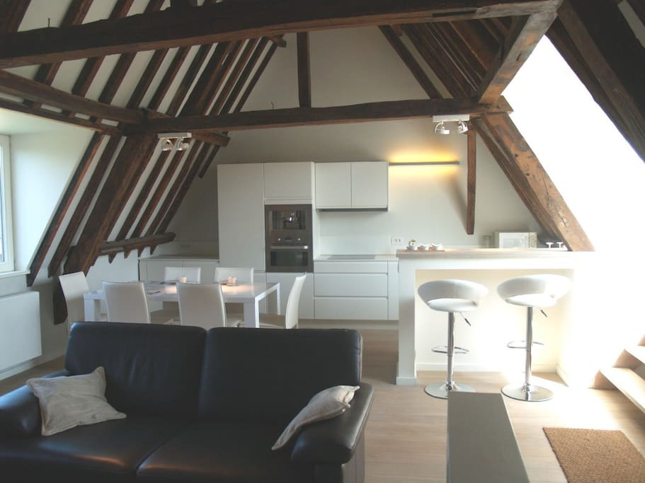 A relaxing loft experience in the centre of Bruges, with fully equiped kitchen, a cosy living room and a sunroof.