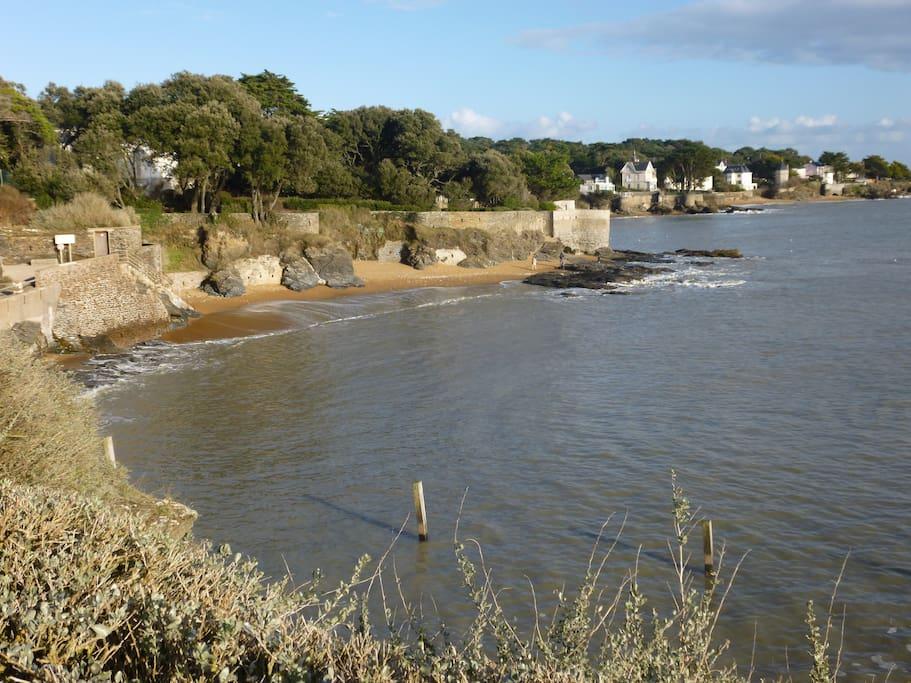 A 200 m : plage,baignade, ballade, pêche ....