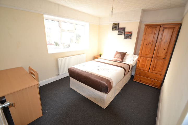 Double Room 5 minutes from East Acton Station (F)
