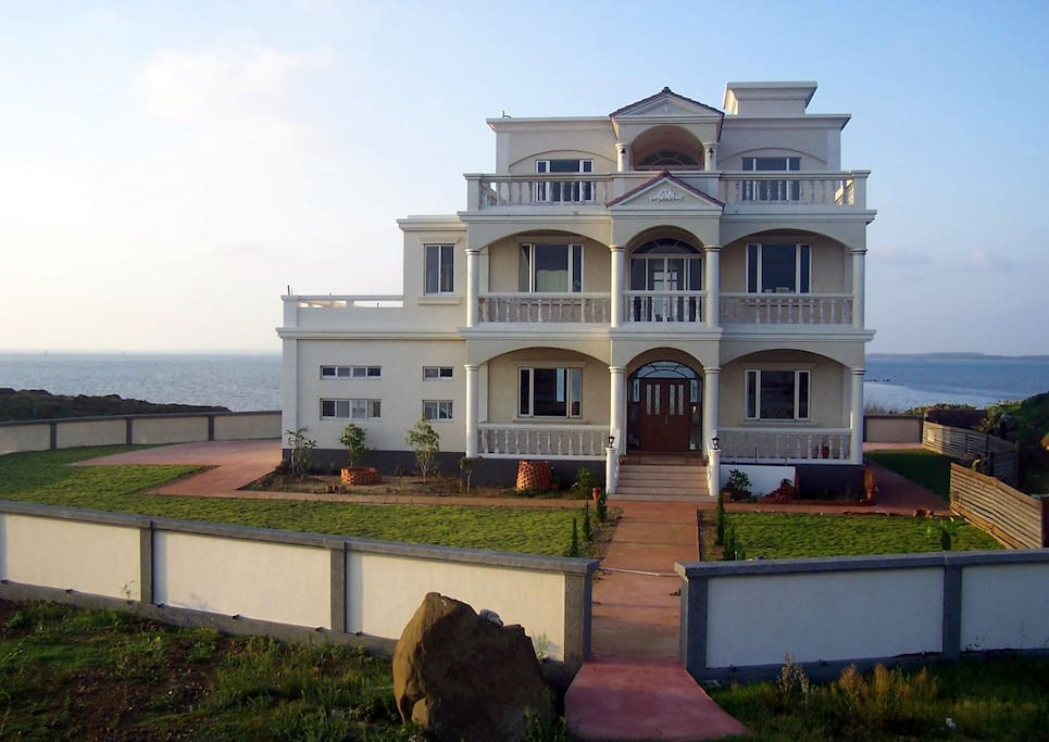 Front of the house with the ocean behind.