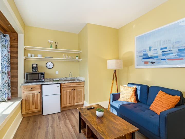 NEW LISTING! DOWNTOWN FRIDAY HARBOR (Cozy Corner Suite #2)