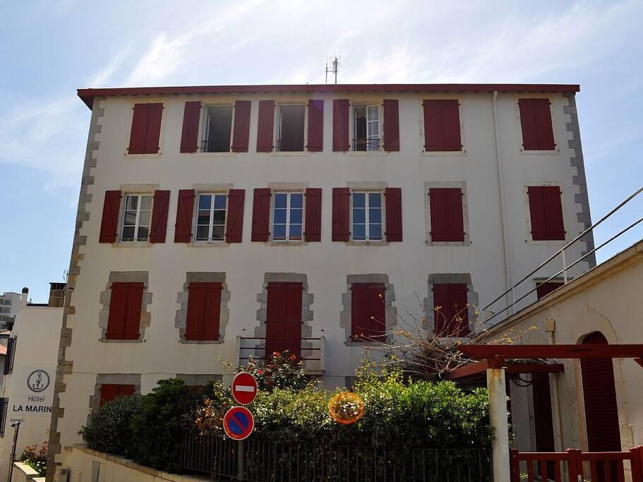 L'appartement se trouve au 3ème étage sans ascenseur. ce sont les 3 fenêtres ouvertes sur la mer.