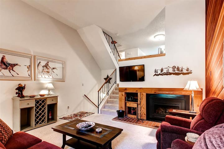 This large multi-level townhome offers plenty of space in an ideal location that is close to the slopes and Main St