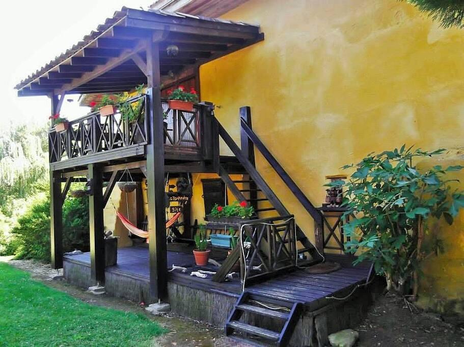 L'escalier d'accès au gîte et à sa grande terrasse meublée.