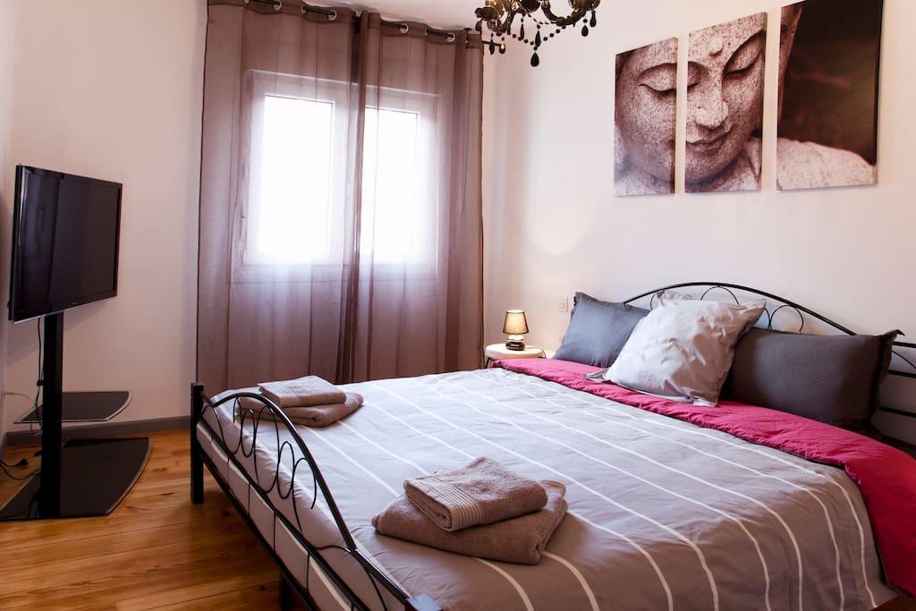 Chambre 1 avec lit en 180x200 et TV écran plat