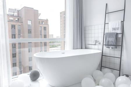 房源名称:罗蒙环球城全景落地窗大浴缸120寸巨幕私人影院高级灰民宿