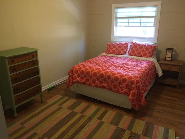 Private room, short walk downtown - Durham - Apartment