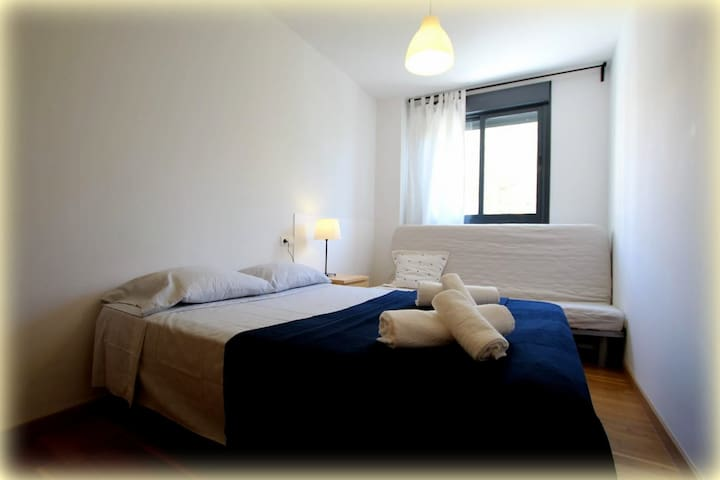 Dormitorio secundario. Cama de matrimonio 135x200 y Sofá Cama que se abre a 135x200 o cama individual de 80x200. Armario empotrado amplio.