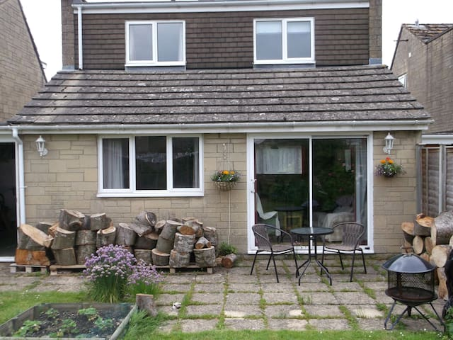 A spacious house in a quiet village - Crudwell, Malmesbury, Wiltshire SN16, UK - บ้าน